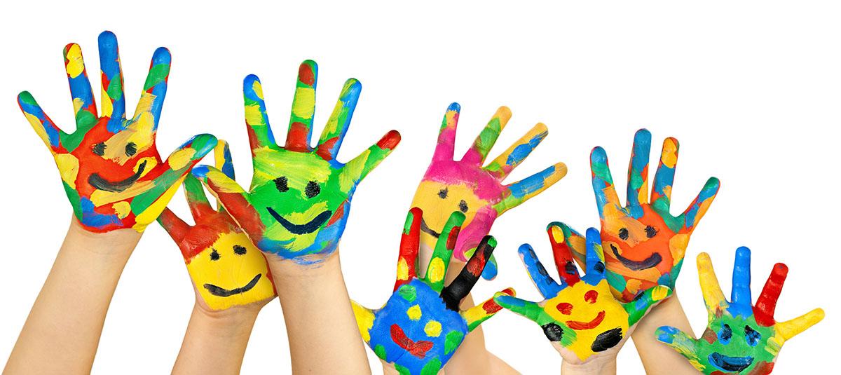 Bunte Hände mit aufgemalten Gesichtern winken